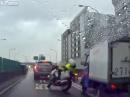 Polizeimotorrad von LKW abgeräumt. Außer Plastik zum Glück nix passiert