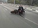 Powerwheelie auf nasser Autobahn - kein Wunder wenns da kracht. Glück gehabt