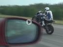 Powerwheelie: BMW S1000RR wheelisiert Nissan GT-R - Bäng bäng
