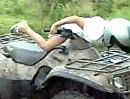 Quad / ATV Crash: Daddy I´m OK! Beim Pappi sind wir da nicht so sicher. Unverantwortlich!
