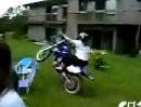 Motorrad Crash: Zur Wheelie Queen isses noch weit. Erstmal in den Lenker gebissen, drum:. Üben, üben, üben ...
