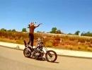 Rad Racing. Durchgeknallte auf Harley Eisen - geht richtig vorwärts!