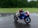 Regen Crash aufgrund abruptem Gripverlust - Rennunfall, Fahrer ok