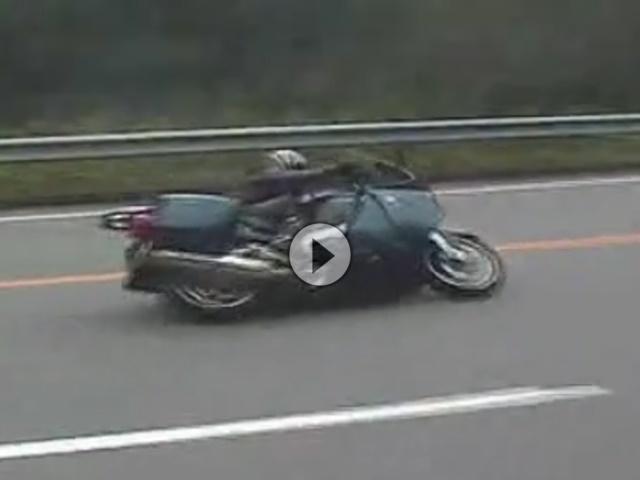 Reisedampfer BMW K1200GT auf Knie und Koffer respektlos gezündet