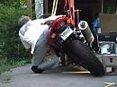 Rennfahrerschule: Hang off - SO kriegt das jeder locker hin *rofl*