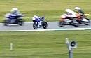 Rennunfall Donington: Böser Crash, Horror: Motorrad fährt allein und kreuzt die Strecke.