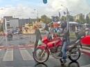 RESPEKT - Motorradfahrer sichert mit seinem Körper Zebrastreifen!
