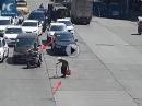 Respekt. Rollerfahrer stoppt Verkehr, damit alte Frau über die Straße kann!