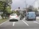 Road Rage, Auto vs Bike, Fußtritt an denkbar ungünstigster Stelle Crash