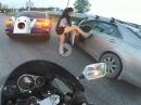 Frauenpower Roadrage: Autofahrer unter sich, Biker beobachtet Wutanfall