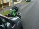 Roadrage: Biker beschimpft Opa und schlägt Spiegel ab. Opa reagiert: Crash