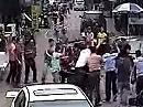 Rollerfahrer klaut Handtasche, Rollerfahrer haut ab, fällt auf Maul - dann gibts Haue :-)