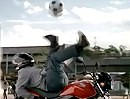 Ronaldinho fährt Honda vs. Honda spielt Fussball - Freestyle cool