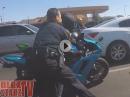 Rote Ampel, Polizei, Vollgas, Wheelie, Crash. Auf der Flucht
