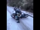 Schneeglatte Straße, Crash und dann rutscht, rutscht, rutscht ...