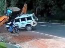 Schutzengel Glück: Alptraum Bagger vs Jeep vs Motorrad