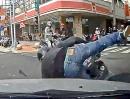 Scooter Crash. Abflug über die Motorhaube eines Rechtsabbiegers