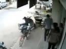 Scooter Crash: AUTSCH Vollidiot lässt den Roller laufen :-(