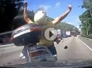 Scooter Crash: Flip-Flops on Air. Auto gesehen, nix gemacht - Roller putt