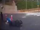 Scooter Crash in Abflusskanal - mehr Pech geht nicht! Arme Sau