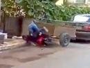 Motorroller Einschlag: Mädel, an dem Griff rechts laaaaaaangsam drehen!