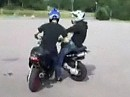 Scooter Crash. Man schaut immer dahin wohin man fährt - Idiot