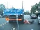 Scooter Crash: Manchmal hat man Pech und dann kommt Glück dazu!