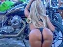 Sexy Bikewash. Anfängerinnen: Vom Hintern hinhalten wird nix sauber