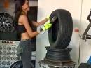 Sexy Reifenwechsel - Andreea kann auch Motorrad-Reifen