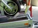Sicherer Motorradtransport auf Anhänger