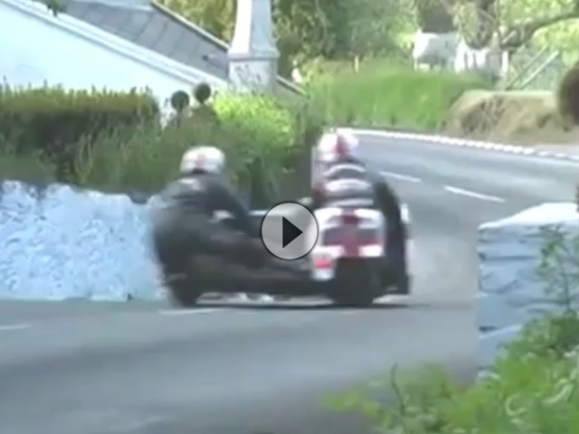 Sidecar-Wahnsinnige. Da klemmts Gas ;-) IOM TT 2011 Bottom of Barregarrow