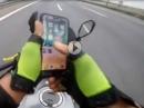 Smartphone vs. Motorrad - bescheuerte Aktion