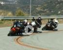'Rasende Kuh' Snake mit BMW GS inmitten von driftenden Gebückten
