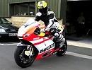 Motorrad-Himmel: Ducati Desmosedici RR jagt Benzin durch die Einspritzdüsen
