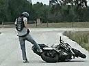 Standup Wheelie - und crash. Natürlich ist das Motorrad schuld ;-)