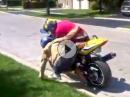 ... steigt eine Frau vom Motorrad *rofl*