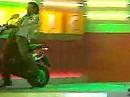 Sturz im Fernsehstudio. Ein Scooterfahrer räumt ab!