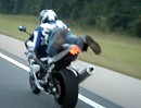Supermann Wheelie auf Suzuki GSX-R 1000