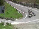 Supermoto Crash: Mauer und Wheelie, zwei Welten treffen am Stilfserjoch aufeinander und ... Peng