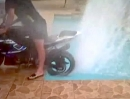 Pool Party: Wasser Burnout Suzuki GSX-R 1000 - wehe es gript :-)