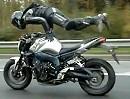 Tankstand = Handstand auf dem Motorrad. Hat was, aber wehe man muss plötzlich bremsen