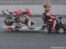 Tima Kuleshov: 3 Jahre, cool und beherrscht sein Poket Bike - sehr geil