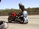Total abgedreht - Motorrad Stunts auf dem Highway - geht nur in Amiland.