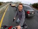 Übereifriger Polizist stoppt Motorradfahrer mit der Pistole :-(