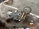 Übler Crash im Stau: Auto schießt Motorrad ab! Fahrer mit Schutzengel
