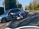 Übler Motorrad Crash Rechtsabbieger: Kind beruhigt, abgelenkt - doofe Nuss
