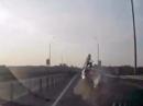 Ninja Motorrad Crash: Überschlag und Landung Autodach unglaublich