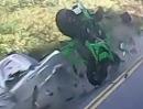 Übler Motorrad Crash: ZX10R vs. Fiat: Kurve ausgegangen, Gegenverkehr - Fahrer fährt schon wieder