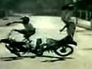 Motorrad Dummbeutel Crash: Ich schwör, da war kein Platz... Treffen sich zwei Idioten!
