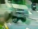 Verkehrsunfall: Wenn ein Bus geflogen kommt... hilft auch Kopf einziehen nix!